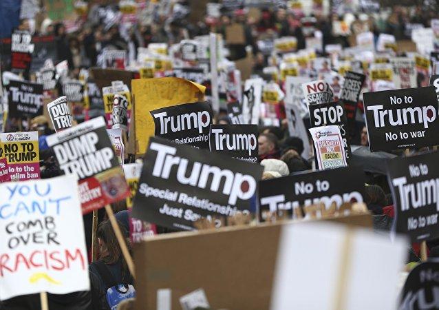 Manifestantes em passeata contra o presidente dos EUA Donald Trump, 4 de fevereiro de 2017