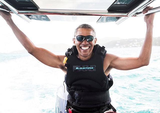 Barack Obama aparece fazendo kitesurf durante sua visita ao bilionário Richard Branson nas Ilhas Virgens Americanas