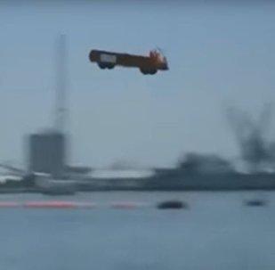 Porta-aviões ejeta caminhão
