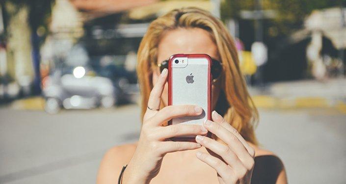 Moça com iPhone