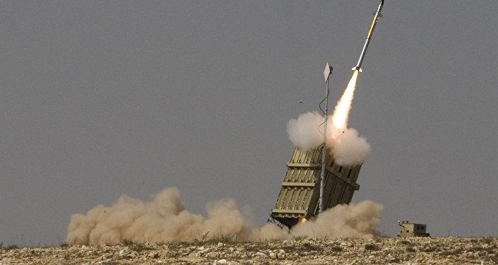 Míssil lançado pelo sistema antiaéreo israelense Cúpula de Ferro (Iron Dome)
