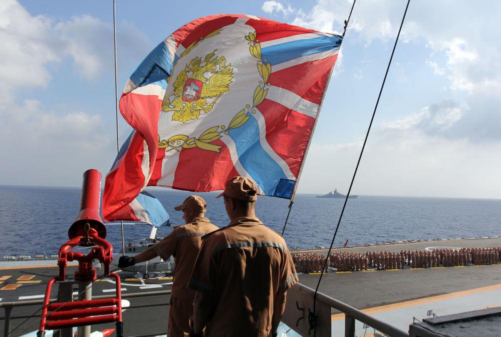 Militares a bordo do porta-aviões Admiral Kuznetsov no Mediterrâneo