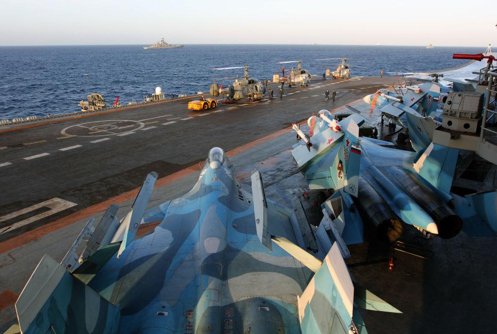 Caças Su-33 a bordo do porta-aviões Admiral Kuznetsov no Mediterrâneo