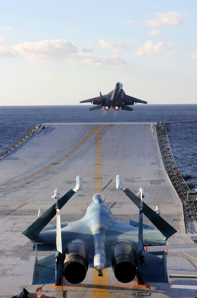 Caças Su-33 (em frente) e MiG-29K (atrás) a bordo do porta-aviões Admiral Kuznetsov