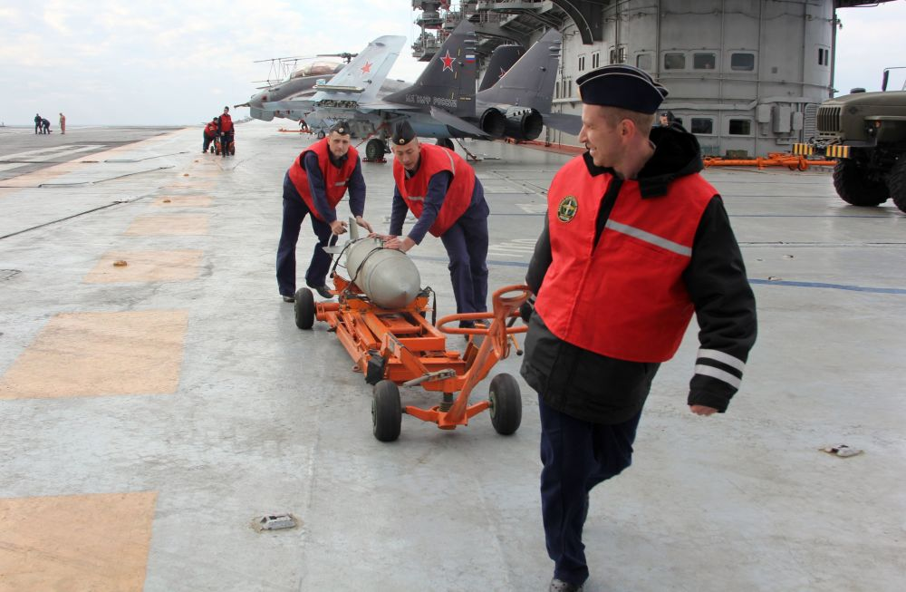 Militares a bordo do porta-aviões russo Admiral Kuznetsov no Mediterrâneo