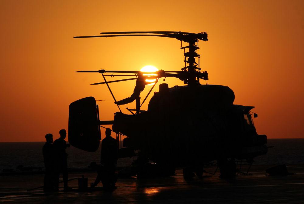 Militares na coberta do porta-aviões Admiral Kuznetsov no Mediterrâneo
