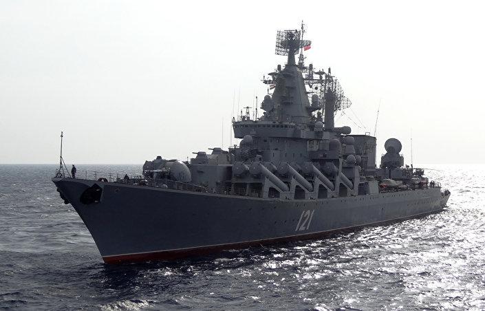Cruzador de mísseis russo Moskva em patrulha no Mar Mediterrâneo, ao largo da costa da Síria, em 17 de dezembro de 2015