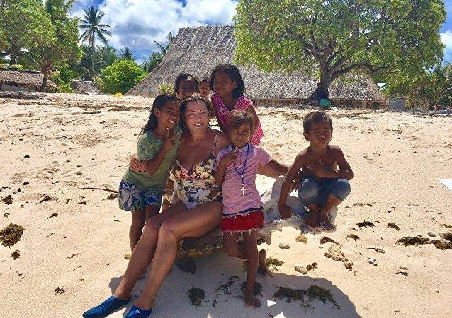 Esposa do milionário russo, Anton Bakov, nas ilhas de Kiribati