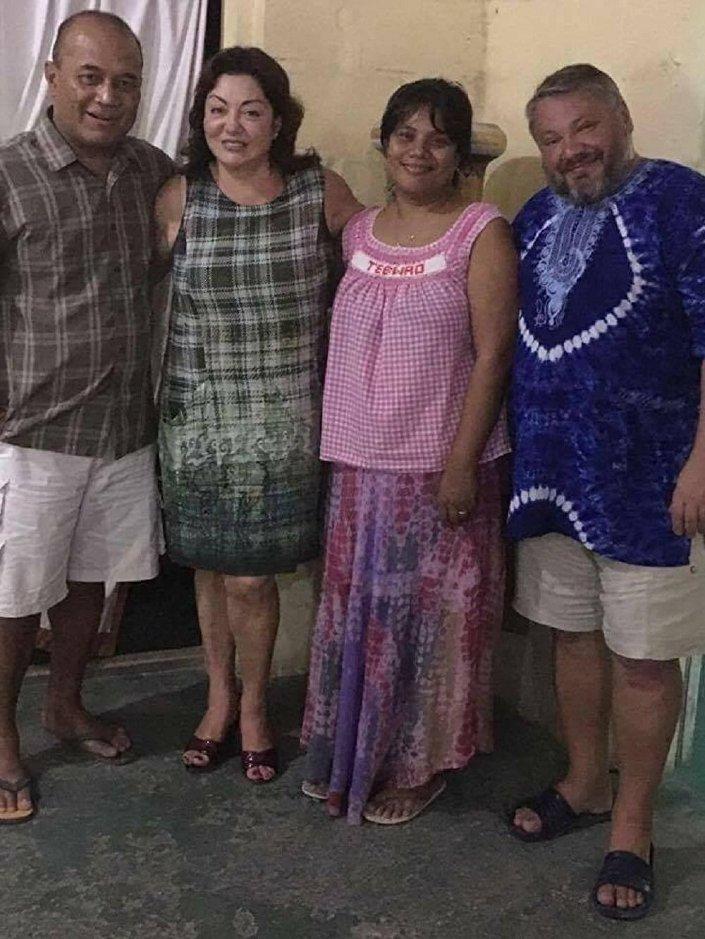 Milionário Anton Bakov e a sua epsosa nas ilhas de Kiribati