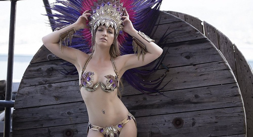 Juliana Titaeva, passista russa da Escola de Samba Portela