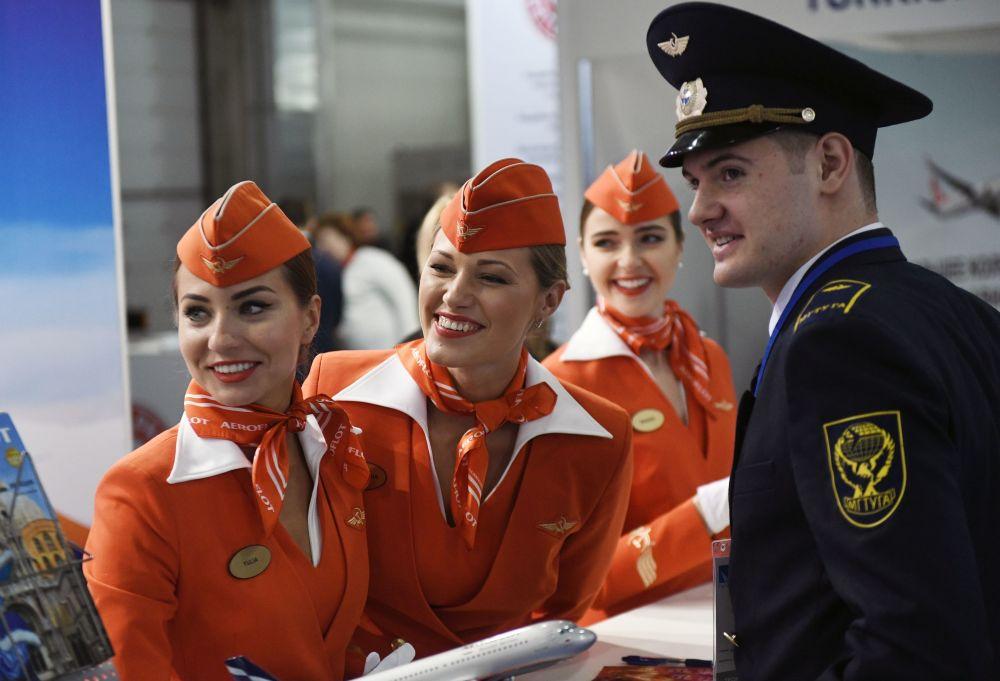 Aeromoças russas das linhas aéreas Aeroflot durante a exposição nacional da aviação civil NAIS 2017 em Moscou.