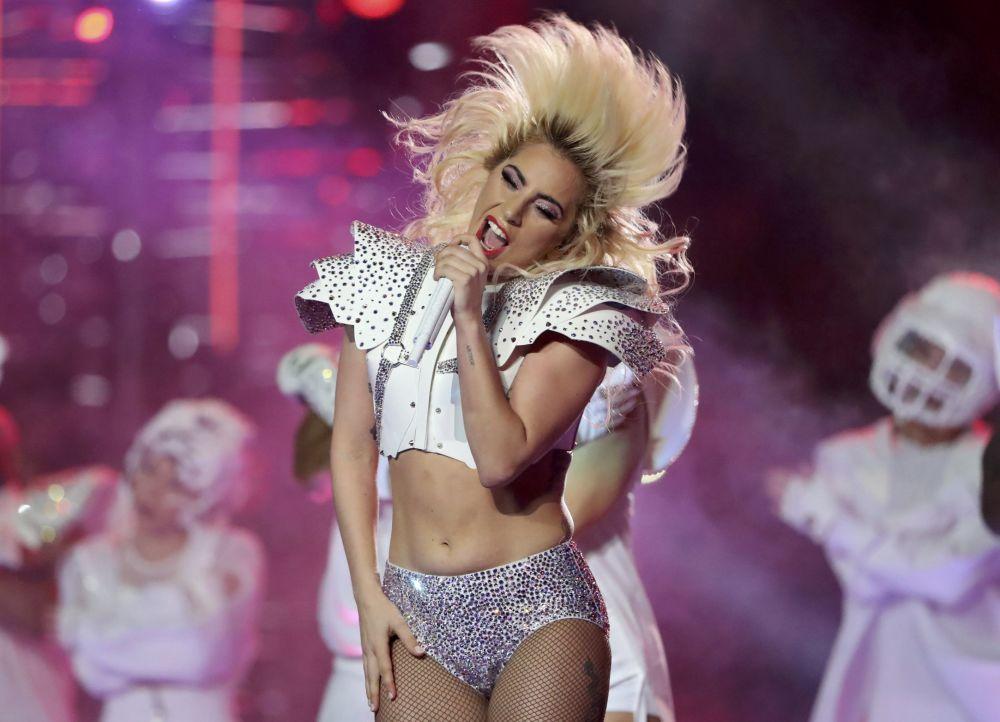 Cantora norte-americana Lady Gaga atua durante o intervalo do Super Bowl LI, a partida de futebol americano entre o New England Patriots o Atlanta Falcons em Texas.
