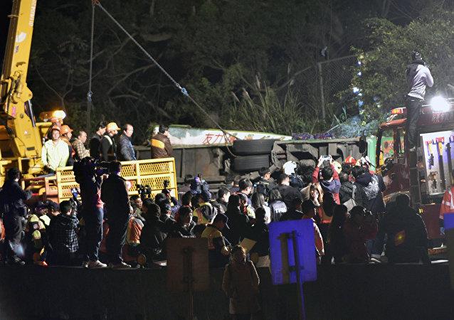 Equipes de resgate tentam encontrar sobreviventes entre os destroços do ônibus em Taipé