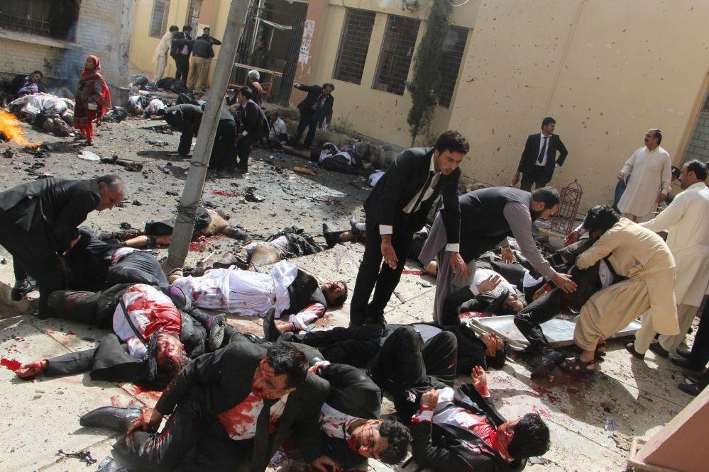 Imagem chamada Explosão de Bomba Paquistanesa, de Jamal Taraqai, retrata os juristas a ajudarem seus colegas após uma explosão de bomba que custou a vida a 70 pessoas em Quetta, no Paquistão
