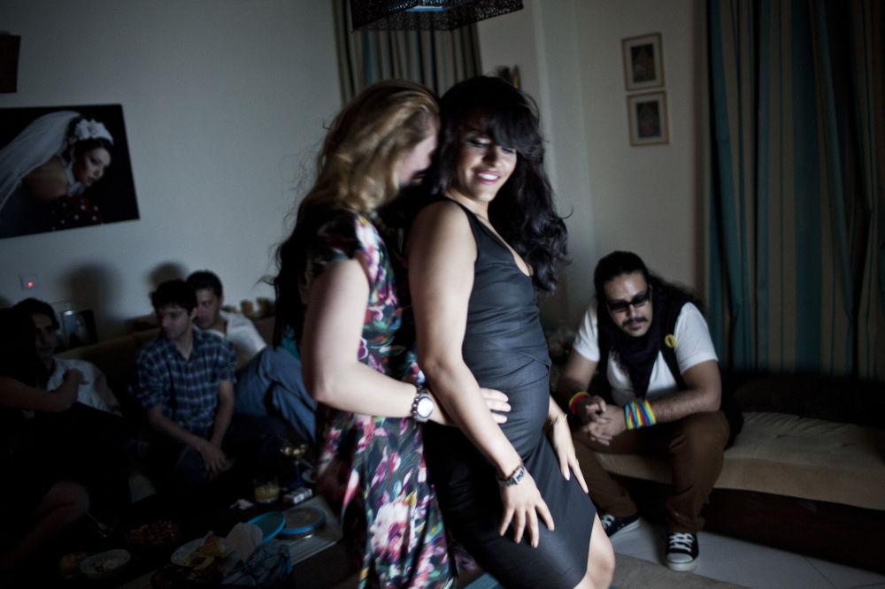 Foto denominada como Viagem Iraniana, de Hossein Fatemi, mostra duas moças aproveitando uma festa juntas, sendo que neste país árabe é proibido que homens e mulheres desconhecidos socializem
