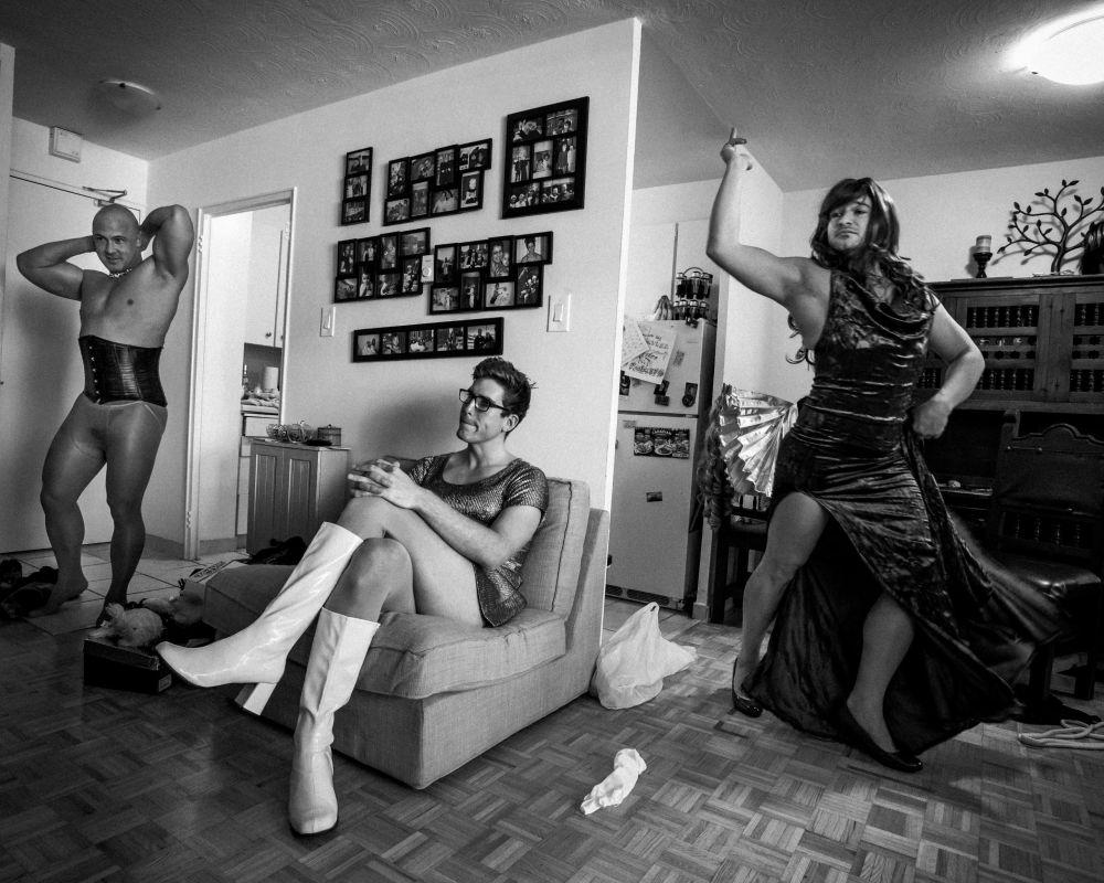 """Foto Rapazes serão Rapazes, de Giovanni Capriotti, retrata jogadores do clube de rúgbi Muddy York a ensaiarem para a campanha de arrecadação de fundos anual tipo """"drag show"""" durante a qual os atletas se vestem de mulheres"""