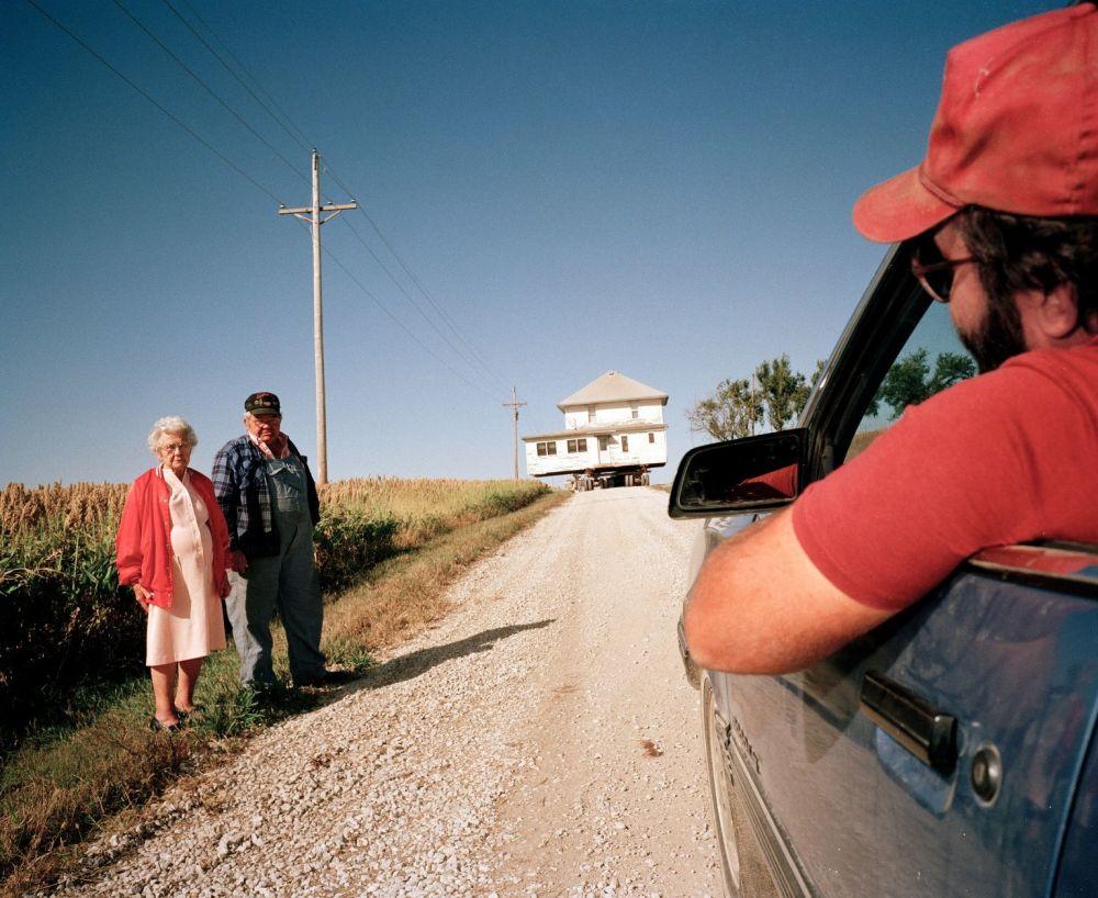 Foto da série Table Rock Nebraska, de Markus Jokela, retrata a comunidade rural em Nebraska, EUA, onde nada realmente tem mudado ao longo dos anos, dado que a maior parte dos habitantes vive aqui durante toda a sua vida, se sentindo seguros