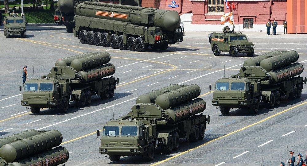 S-400 Triumph / SA-21 Growler sistemas de mísseis terra-ar de médio e longo alcance no desfile militar de 2015 do 70º aniversário da Vitória na Guerra Patriótica 1941-1945. Moscou, Praça Vermelha