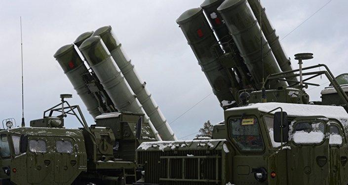Sistema de mísseis antiaéreos S-400 Triumph em funcionamento