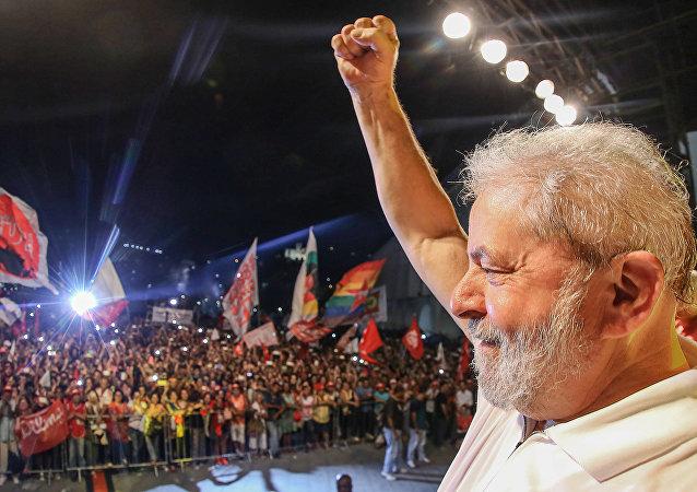 Lula em ato com artistas e intelectuais no Rio de Janeiro em abril de 2016