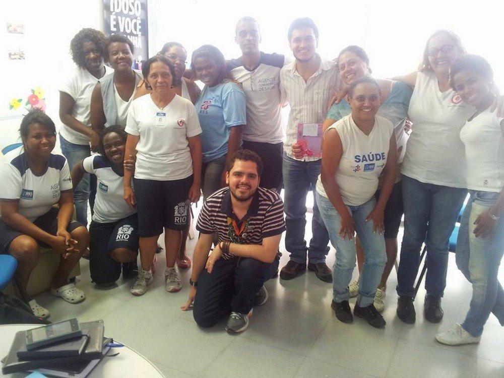 Dr. Renato (de blusa listrada) junto a outros profissionais de saúde atuando na Clínica da Família Aloysio Augusto Novis no RJ