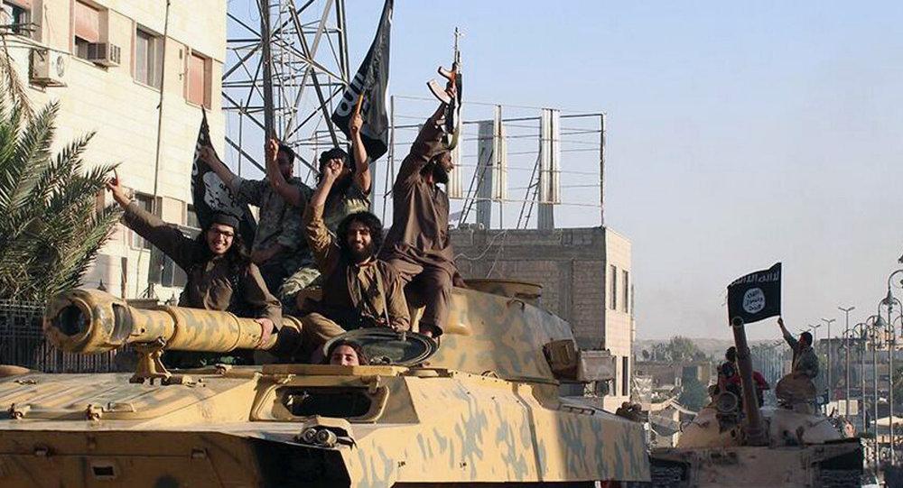 Soldados do Estado Islâmico em parada na cidade de Raqqa, Síria