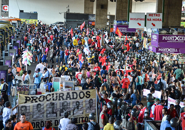 Integrantes da CUT participam dos protestos do Dia Nacional de Luta contra o Projeto de Lei (PL) 4.330/2004, que regulamenta o sistema de terceirização no mercado de trabalho brasileiro