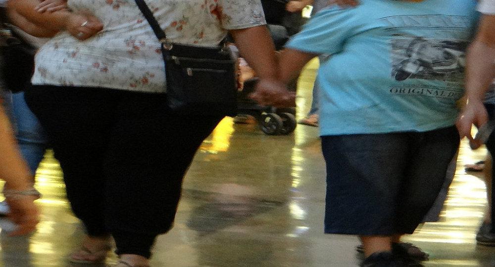 Uma mulher e criança obesas