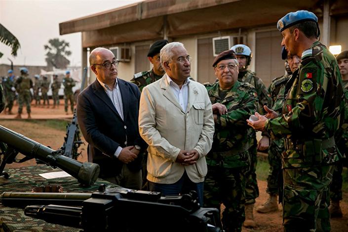 Premiê português, António Costa, e ministro da Defesa de Portugal, Azeredo Lopes, durante visita à República Centro-Africana