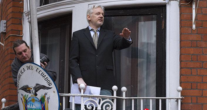 O co-fundador do WikiLeaks, Julian Assange, faz um discurso perante jornalistas e manifestantes de uma varanda da Embaixada do Equador em Londres.