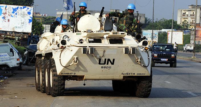Forças de paz do Bangladesh patrulham bairro de Abobo em Abidjan, 27 de dezembro de 2010