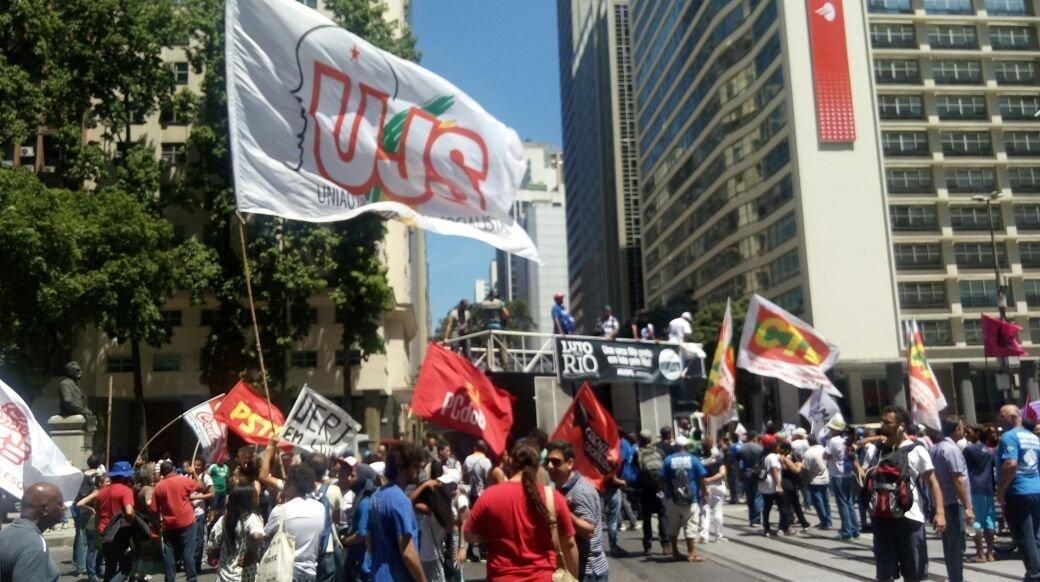 Representantes de diferentes grupos se juntam em protesto contra a venda da Cedae
