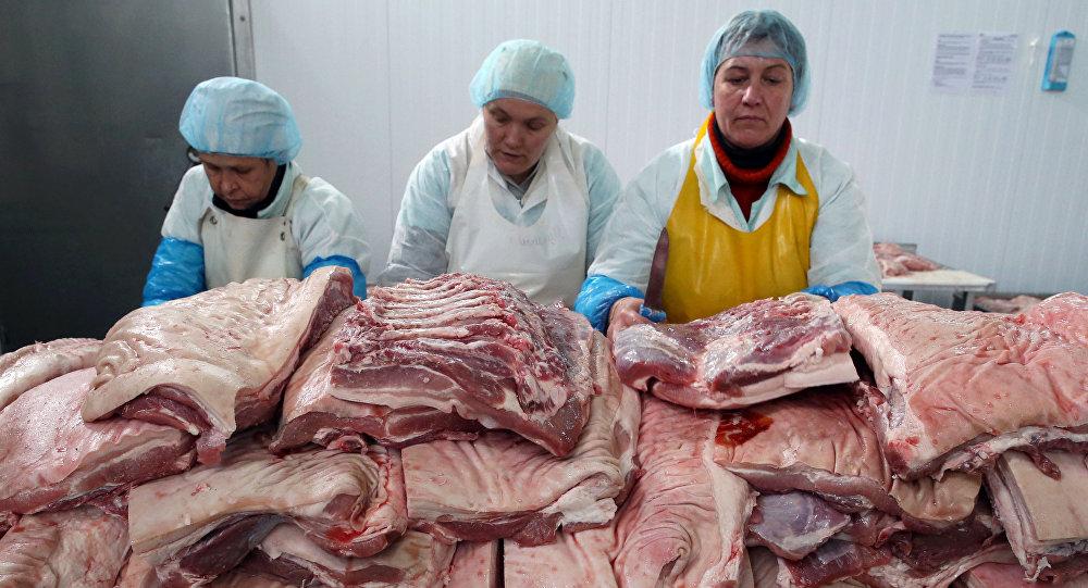 Carne sendo processada em uma fábrica de processamento de carne (foto do arquivo)