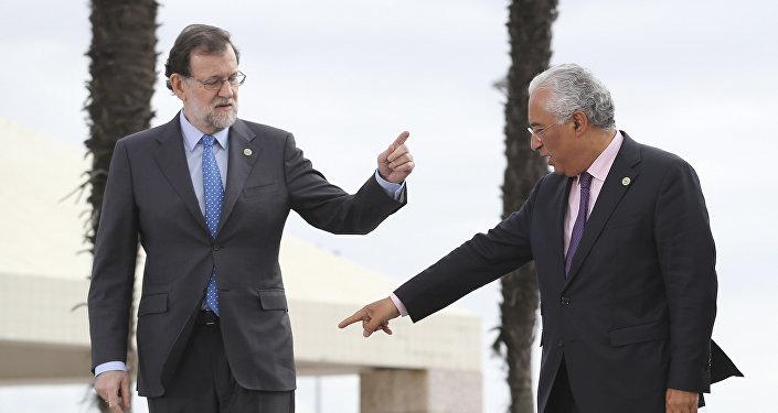 O primeiro-ministro de Portugal, António Costa, fala com o seu colega espanhol, Mariano Rajoy, durante a sessão fotográfica em Lisboa no âmbito da Cúpula dos Países do Sul da Europa, em 28 de janeiro de 2017