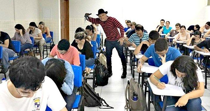 De Freddy Krueger, o professor apareceu de surpresa caracterizado para aplicar prova considerada um pesadelo pelos estudantes