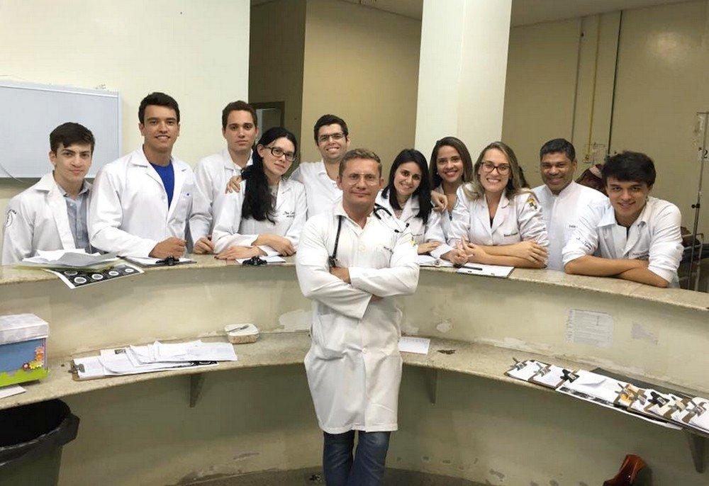 Giovanni Casseb, a frente, com alunos do curso de Medicina da Ufac