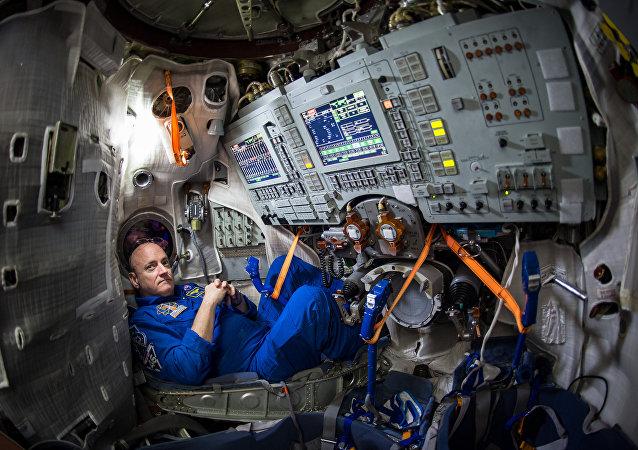 O astronauta norte-americano Scott Kelly fica dentro de um simulador do foguete Soyuz no Centro de Treinamento de Cosmonautas Gagarin (GCTC), Rússia. Março, 5, 2017