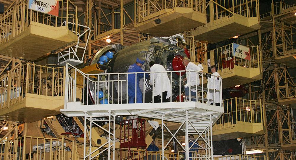 Construção da nave espacial Progress-M1 na empresa russa Energia