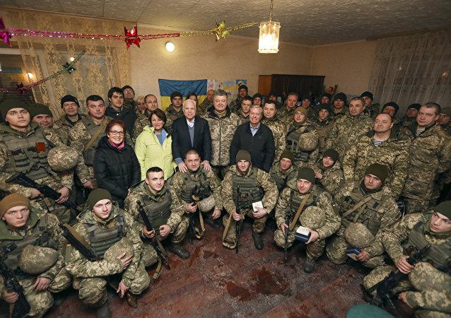 Presidente ucraniano, Pyotr Poroshenko, e senadores John McCain e Lindsey Graham, durante sua visita, felicitam militares ucranianos pelo Ano Novo, 31 de dezembro de 2017