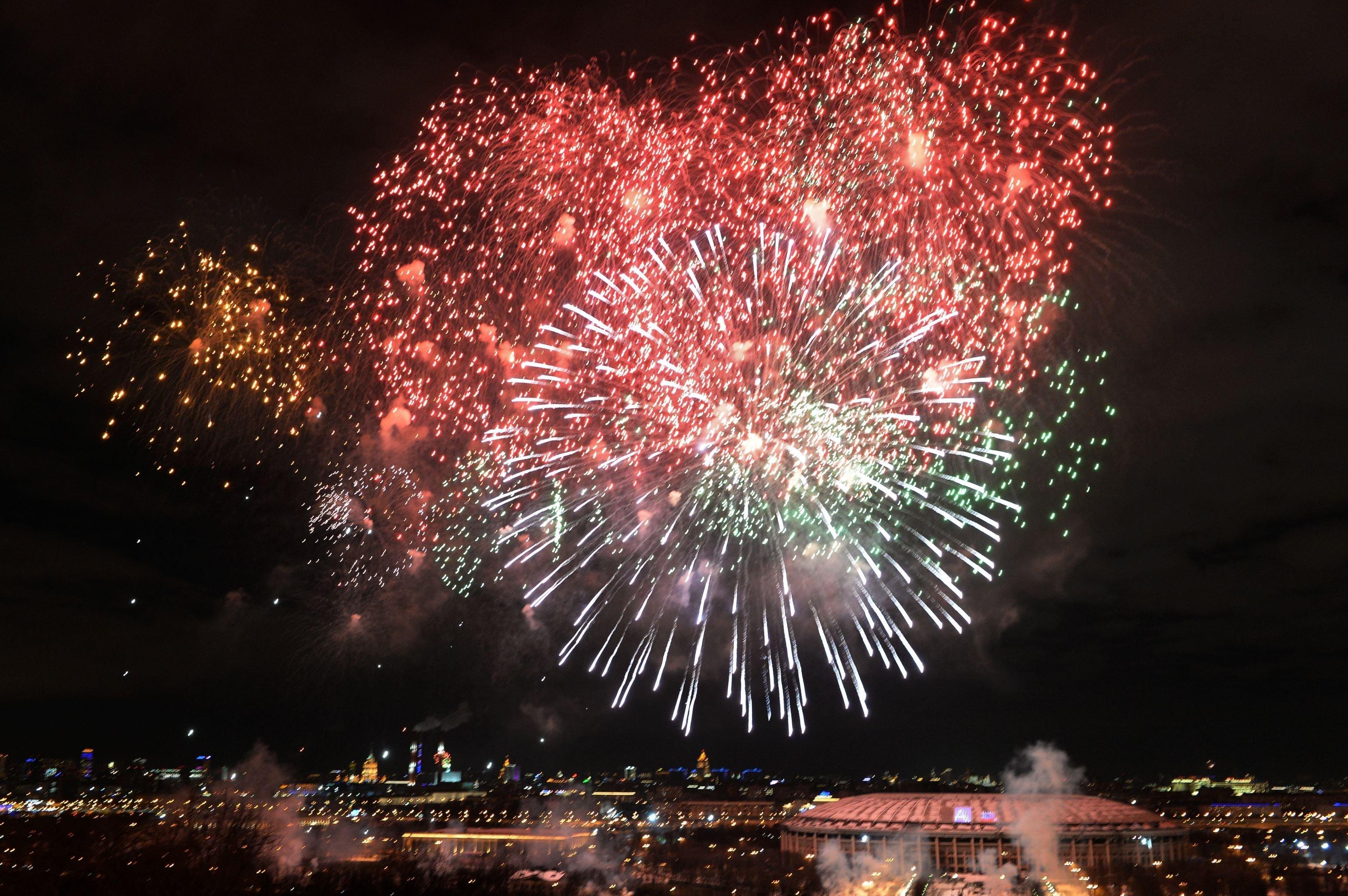 Fogos de artifício marcando o Dia do Defensor da Pátria, em 23 de fevereiro