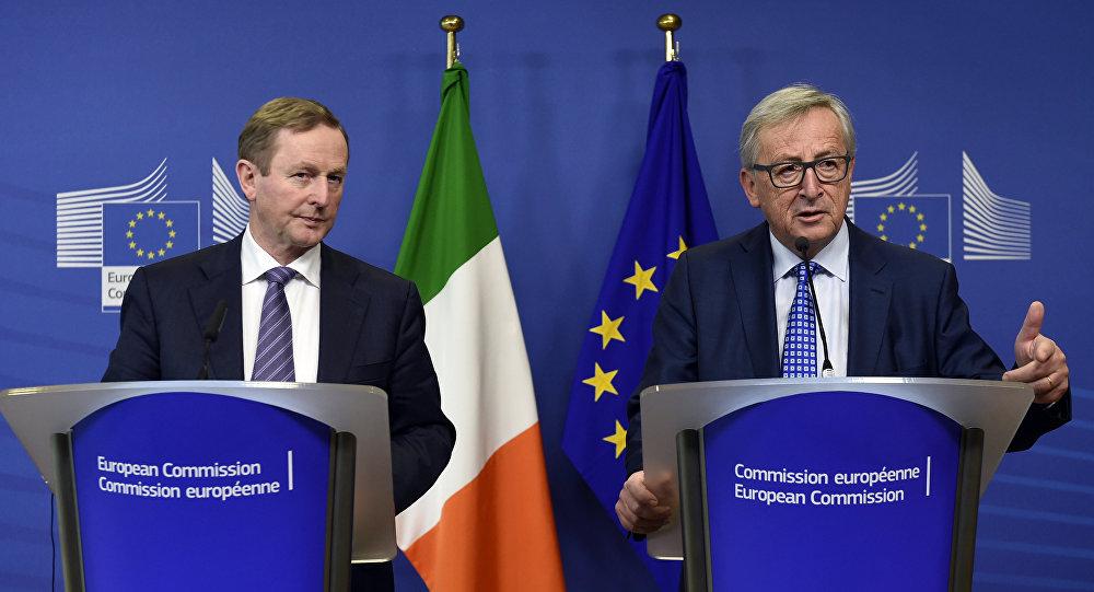 Enda Kenny, primeiro-ministro da Irlanda, ao lado do presidente da Comissão Europeia, Jean-Claude Juncker