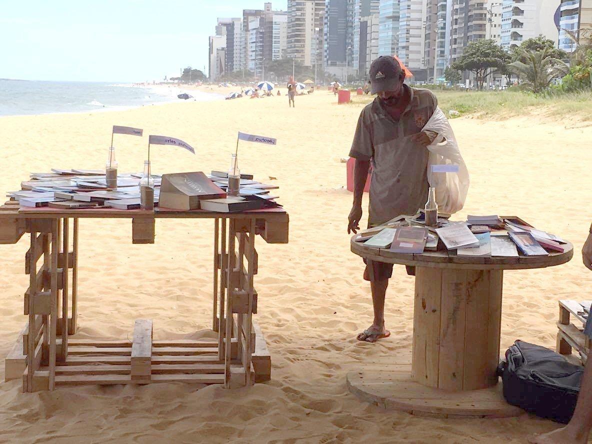 Os livros na praia chamavam a atenção de todos, mesmo quem não ia pegar algum livro para ler parava para olhar e saber do projeto.