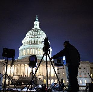 Representantes da mídia dos EUA perto do Capitólio na época de preparativos para cerimônia da posse de Donald Trump, 20 de janeiro de 2017