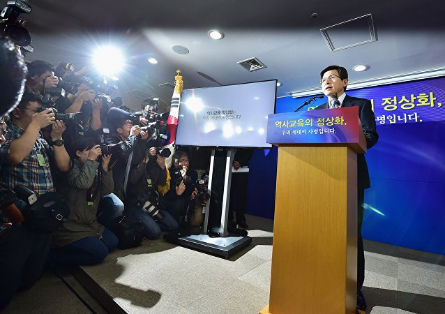 South Korean Prime Minister Hwang Kyo-Ahn (R) makes an announcement confirming the policy to have middle and highschool students taught history only with government-issued textbooks at the government complex in Seoul on November 3, 2015