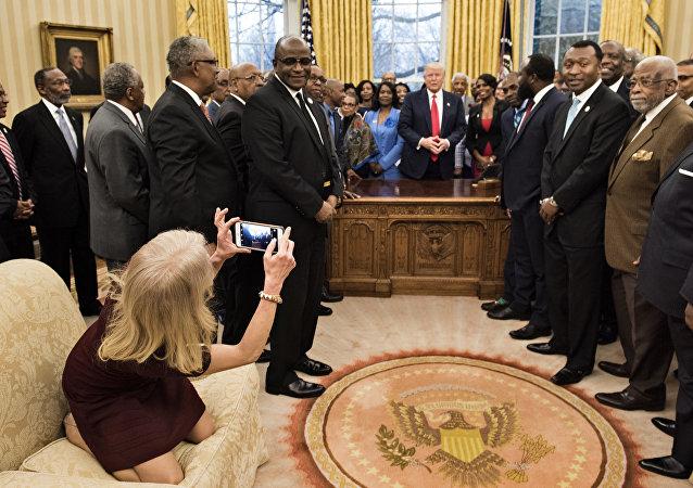 Conselheira de Trump, Kellyanne Conway, toma pose extravagante ao tirar foto da delegação no Salão Oval da Casa Branca, em 27 de fevereiro de 2017