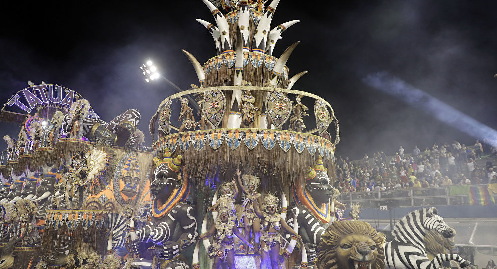 Dançarinos da escola de samba Acadêmicos do Tatuapé performam em um carro alegórico durante um desfile de carnaval em São Paulo, Brasil, no início do sábado, 25 de fevereiro de 2017.