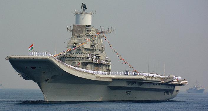 Pessoal da Marinha indiana a bordo do INS Vikramaditya, um porta-aviões de classe Kiev modificado, durante os exercícios International Fleet Review em Visakhapatnam, em 6 de fevereiro de 2016