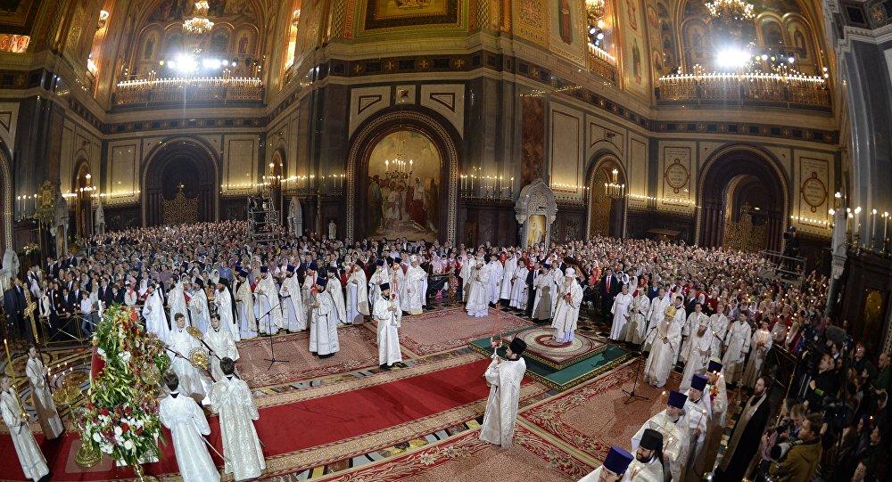 Sacerdotes ortodoxos participam de uma cerimônia na Catedral de Cristo Salvador, em Moscou