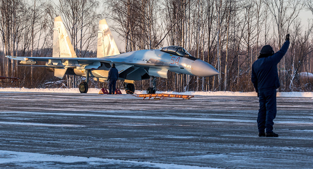 Caça Su-35S Super-Flanker aterrissa no aeródromo de Besovets na Carélia