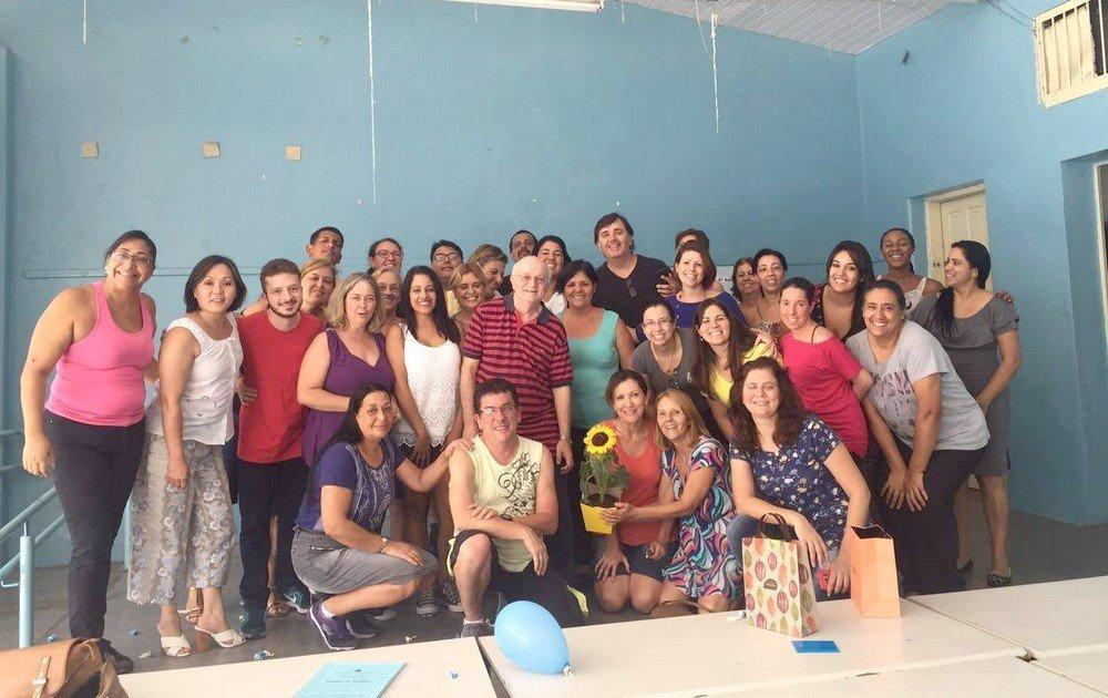 A equipe da Escola Estadual Almirante Custódio José de Mello se reuniu para se despedir do professor (de blusa listrada)